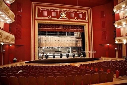 Массивное серое здание театра